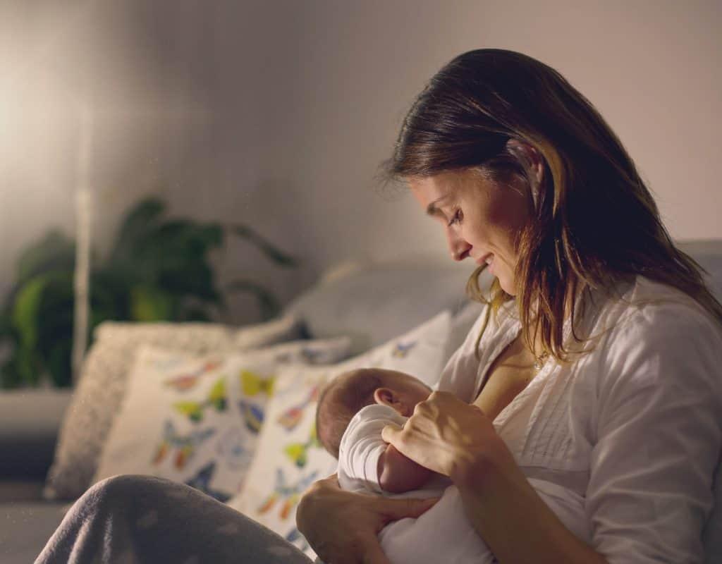 Imagem de uma mulher amamentando um bebê.