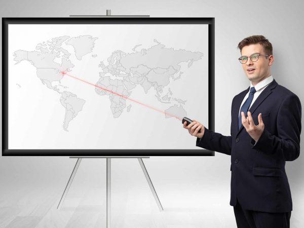 Imagem mostra um homem utilizando um apresentador.