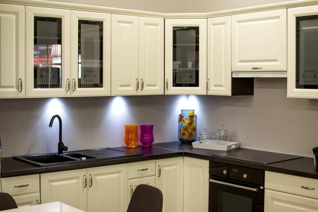 Armário de cozinha de canto branco de preto.