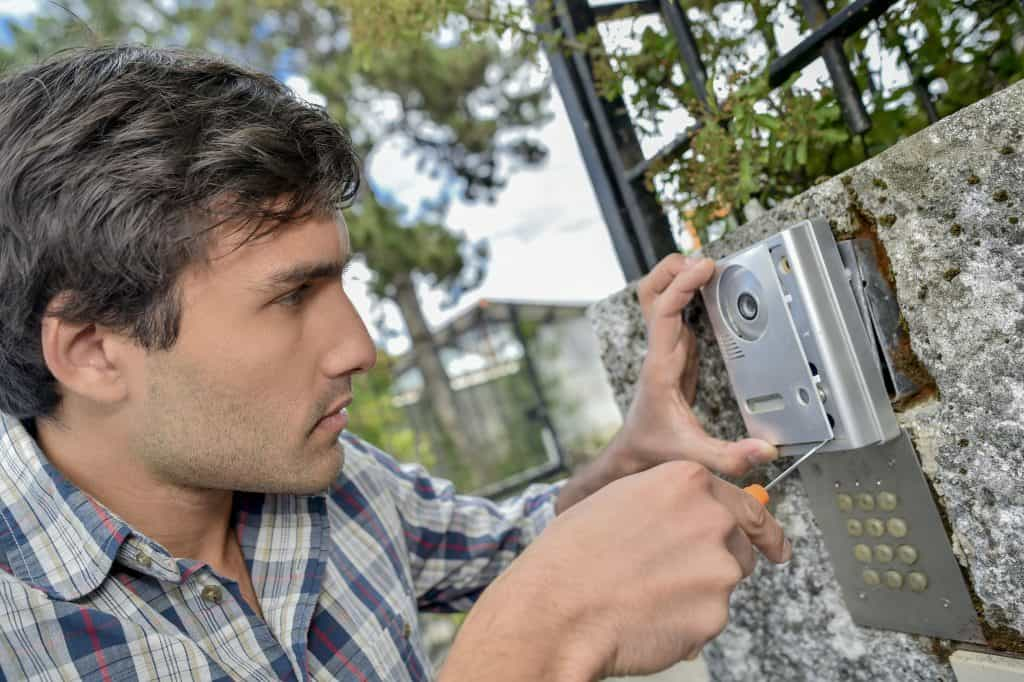 Imagem de um homem instalando um interfone.