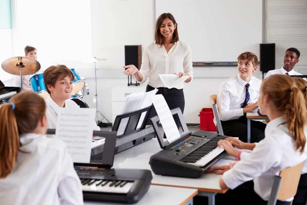 Imagens de alunos em uma aula de teclado.