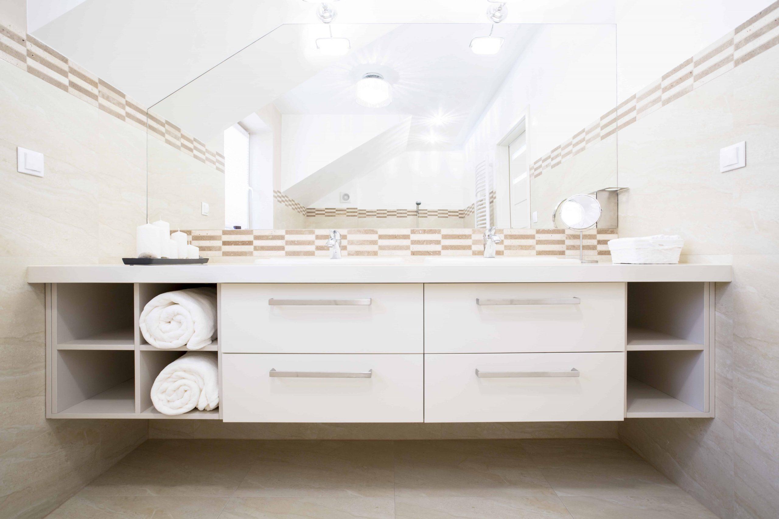 Imagem de armário de banheiro branco com nichos.