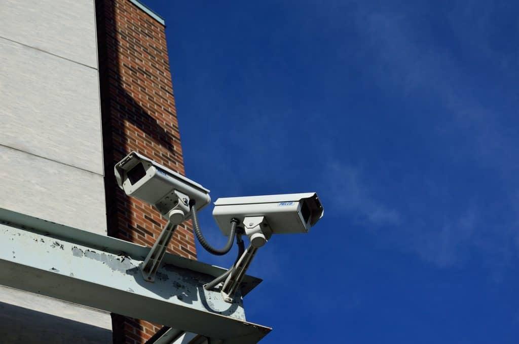 Duas câmeras de vigilância viradas para direções diferentes.