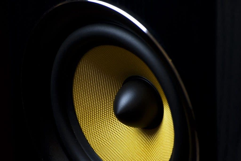 Um alto falante de uma caixa de som.