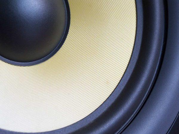 O alto-falante de uma caixa de som Edifier.