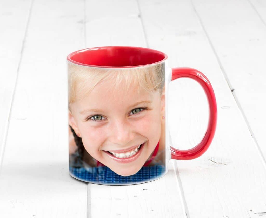Caneca personalizada com foto de pessoa sorrindo.