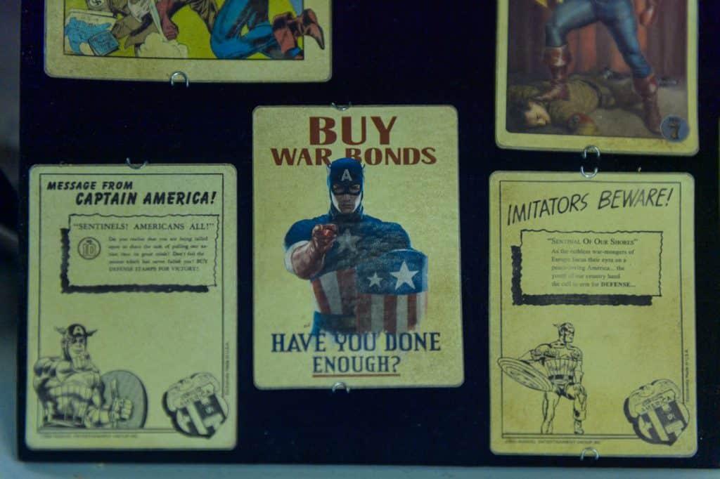 Na foto alguns cartazes do Capitão América em um quadro negro.
