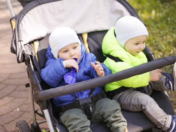 Bebês em carrinho para gêmeos.