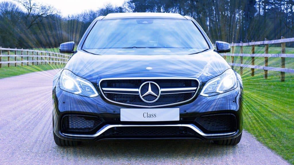 Imagem de Mercedes com faróis de lâmpada xenon acesas.