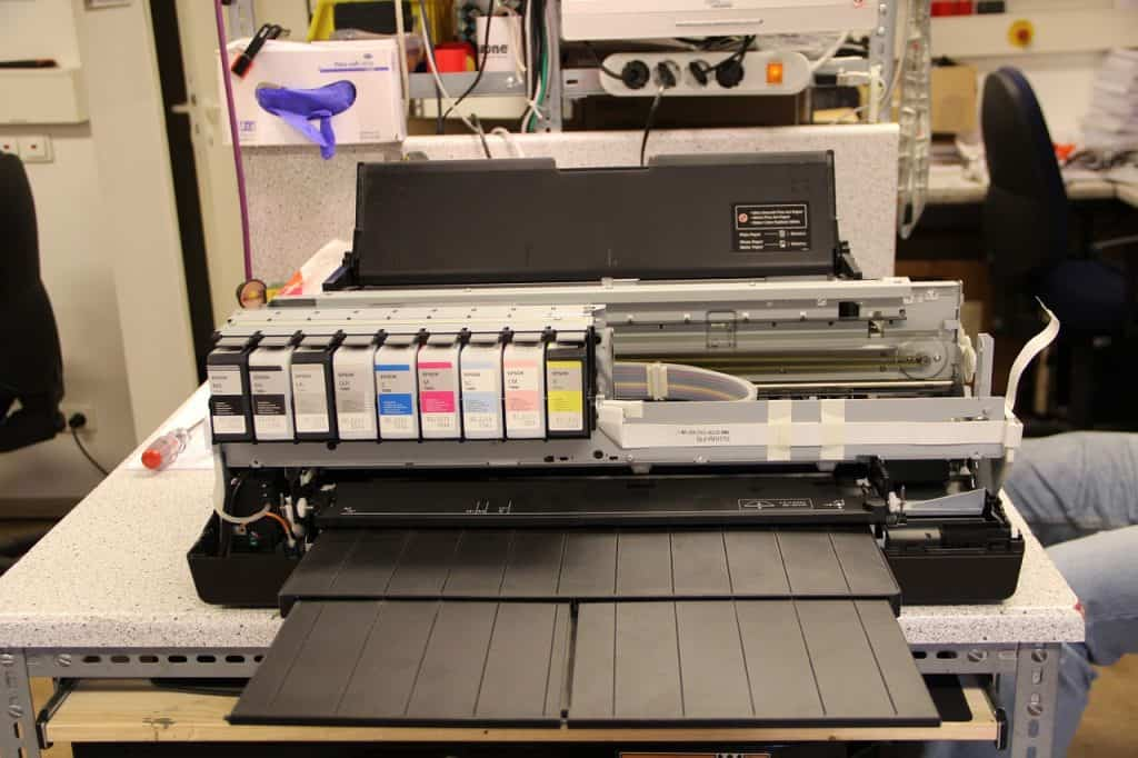 Imagem de impressora colorida com cartuchos reabastecíveis