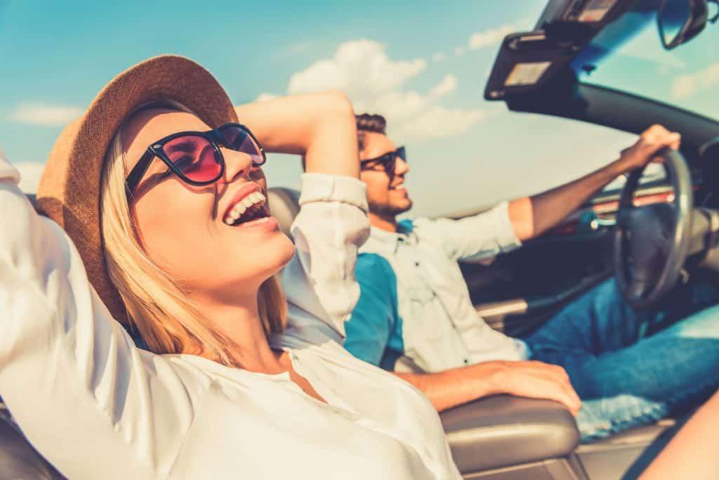 Imagem de um casal viajando.