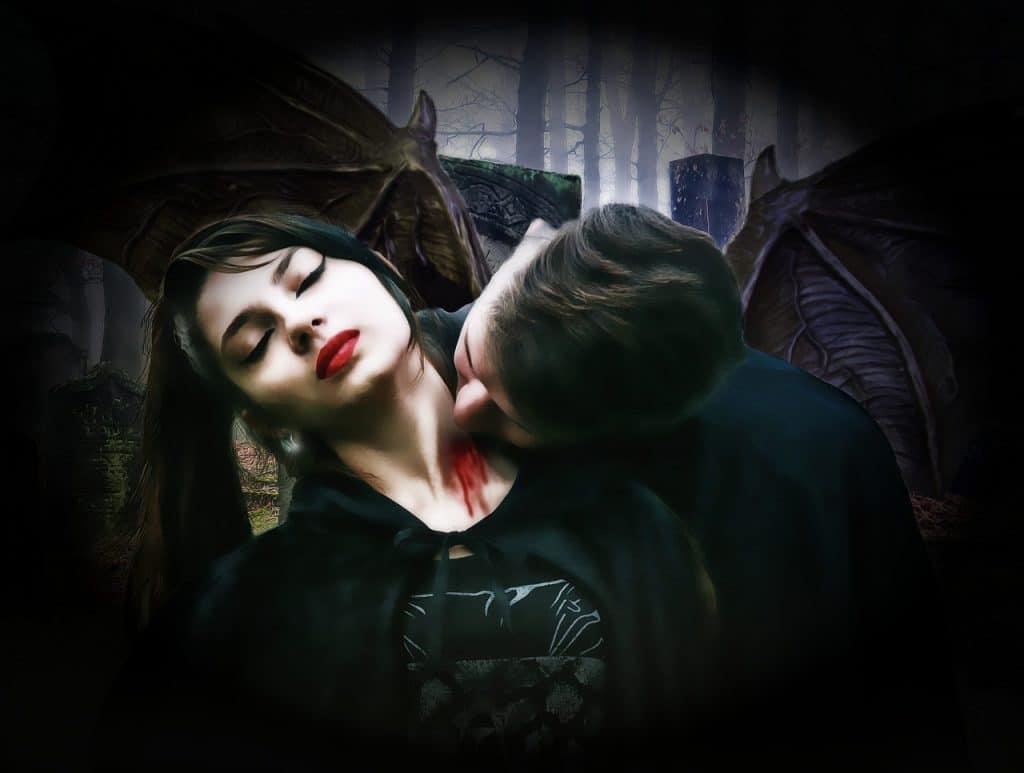 Imagem mostra um homem e uma mulher simulando uma prática de vampirismo.