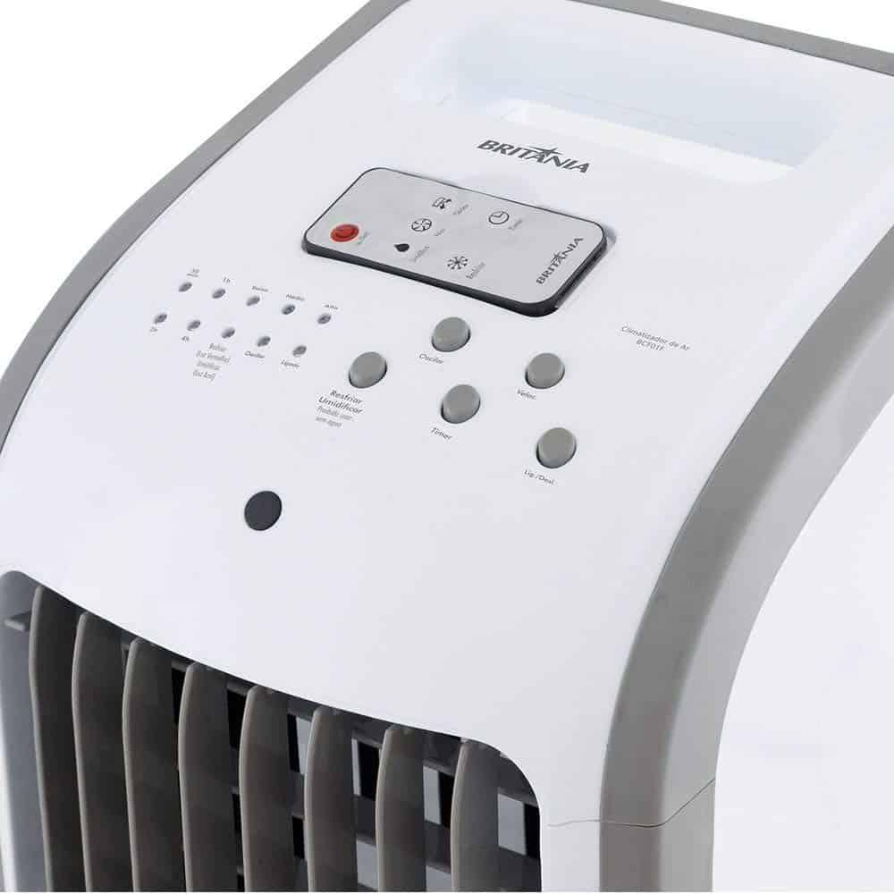 Climatizador branco com fundo branco.