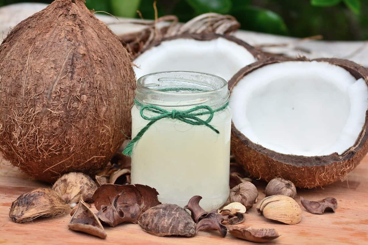 Coco e óleo de coco em frasco.