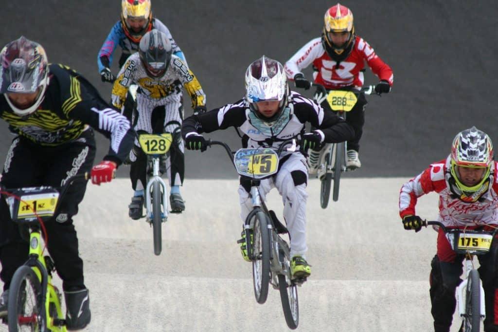 Na foto estão corredores de bicicross em uma competição.