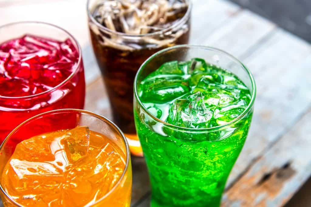 Imagem de copos de bebida com gelo.
