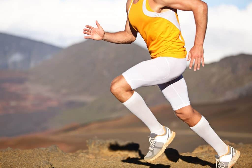 Corredor utiliza meias brancas cano alto para suas atividades.