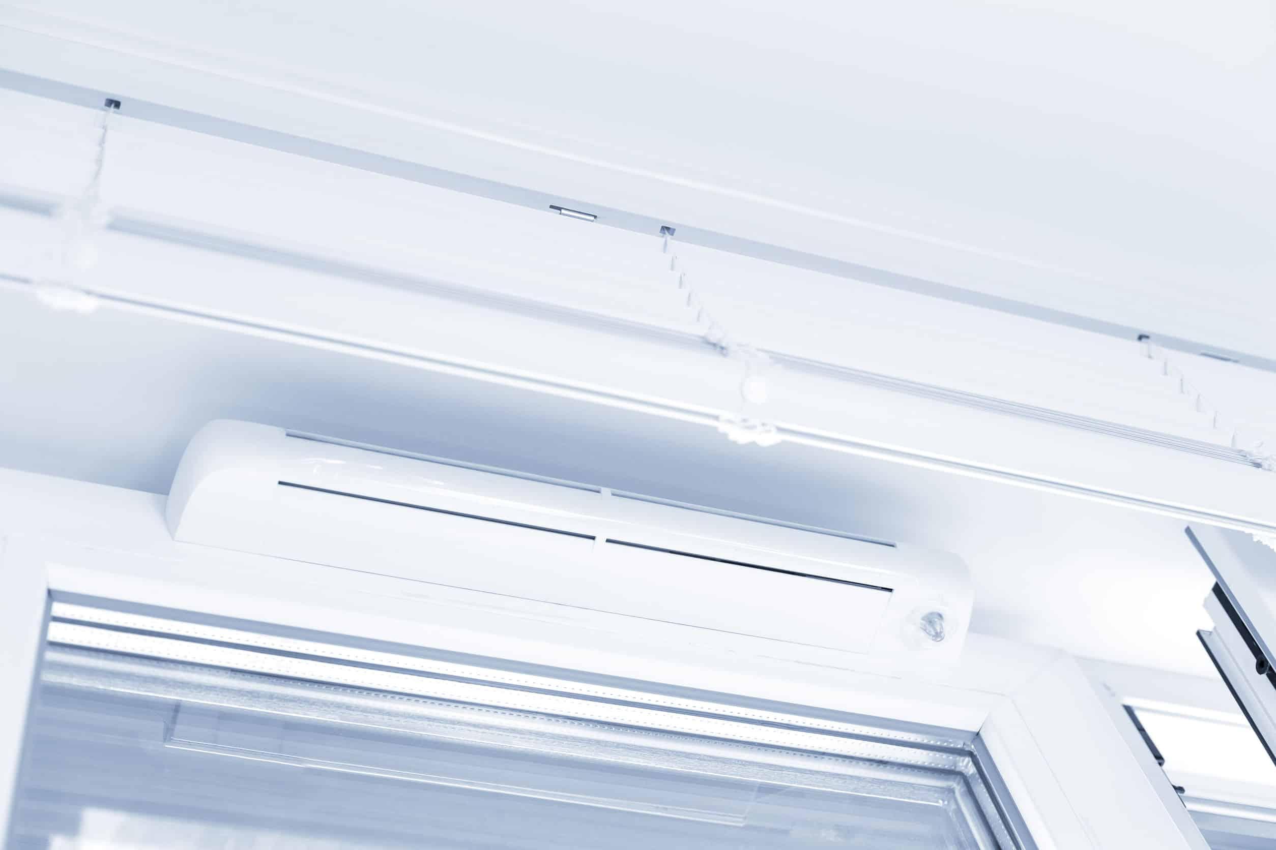 Imagem mostra uma cortina de ar acima de uma porta.