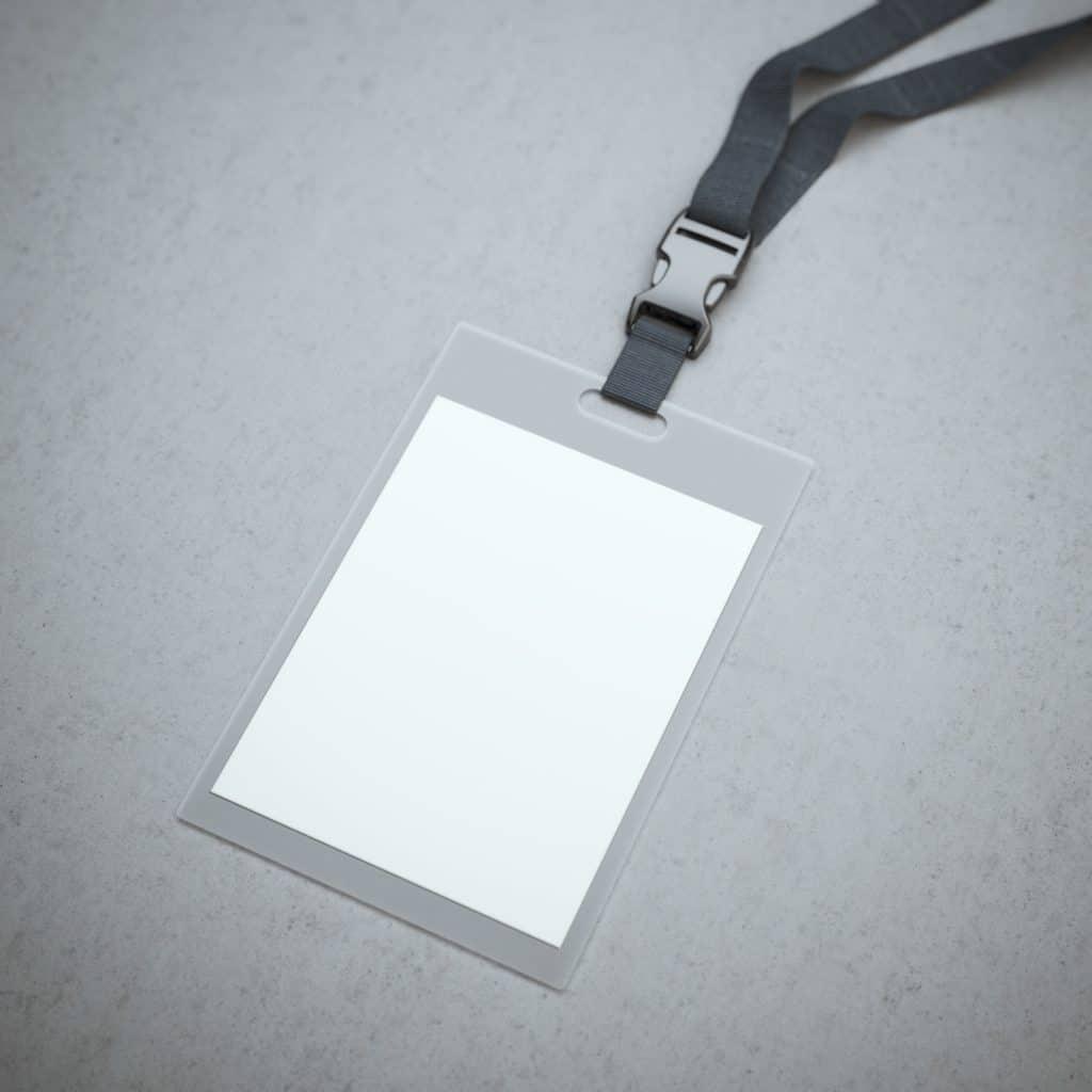 Imagem de um crachá em branco plastificado.