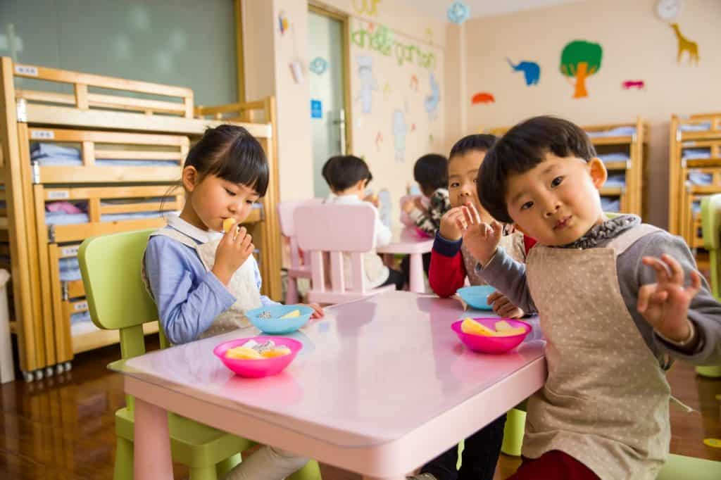 imagem de crianças comendo lanche na escola.