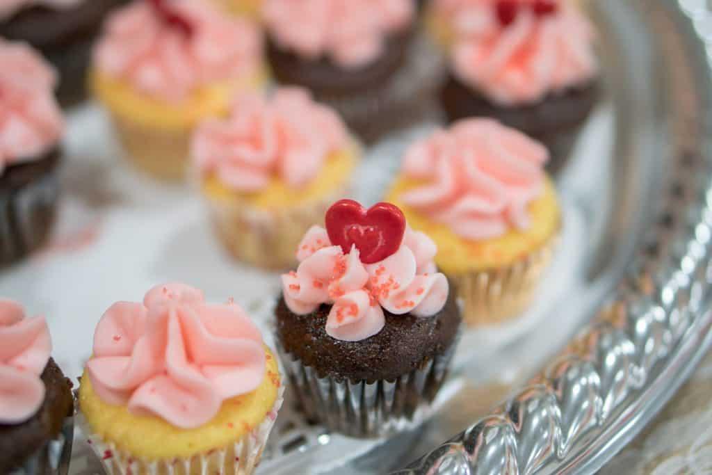 Imagem de cupcakes decorados.