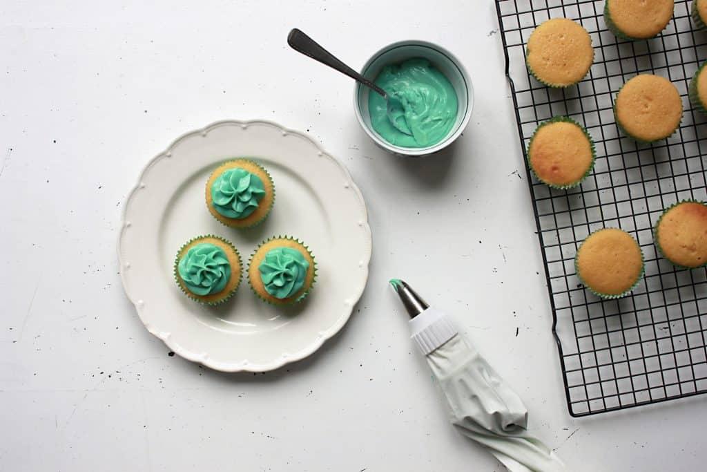 Imagem de cupcakes decorados com glacê.