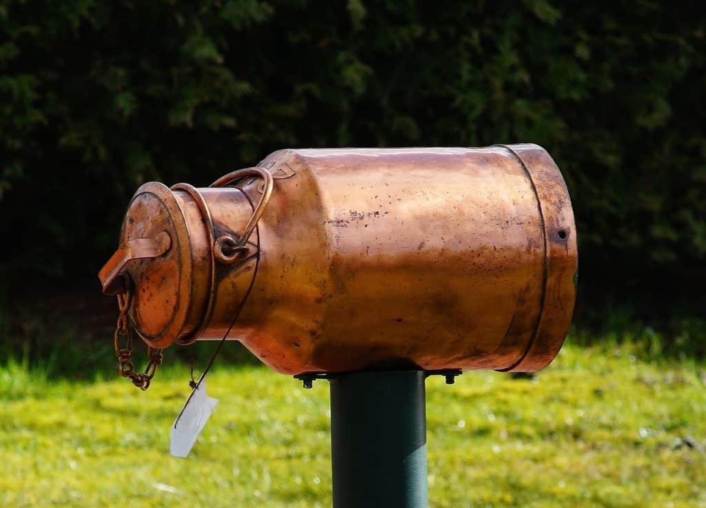 Caixa de correio americana em cobre imitando um galão de leite.