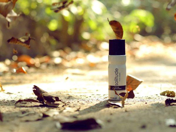 Imagem mostra lata de desodorante aerossol em meio a folhas.