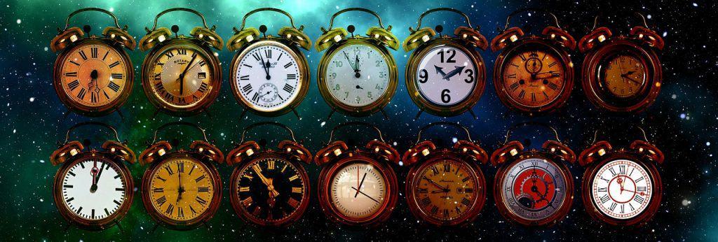 14 desenhos de despertadores de diferentes modelos que estão na frente de um fundo que simboliza o universo. Foto artística.