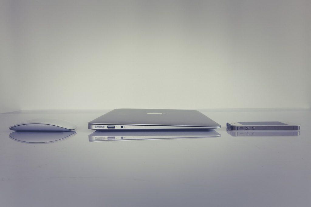 Imagem comparando as espessuras do ultrabook, smartphone e mouse sem fio.