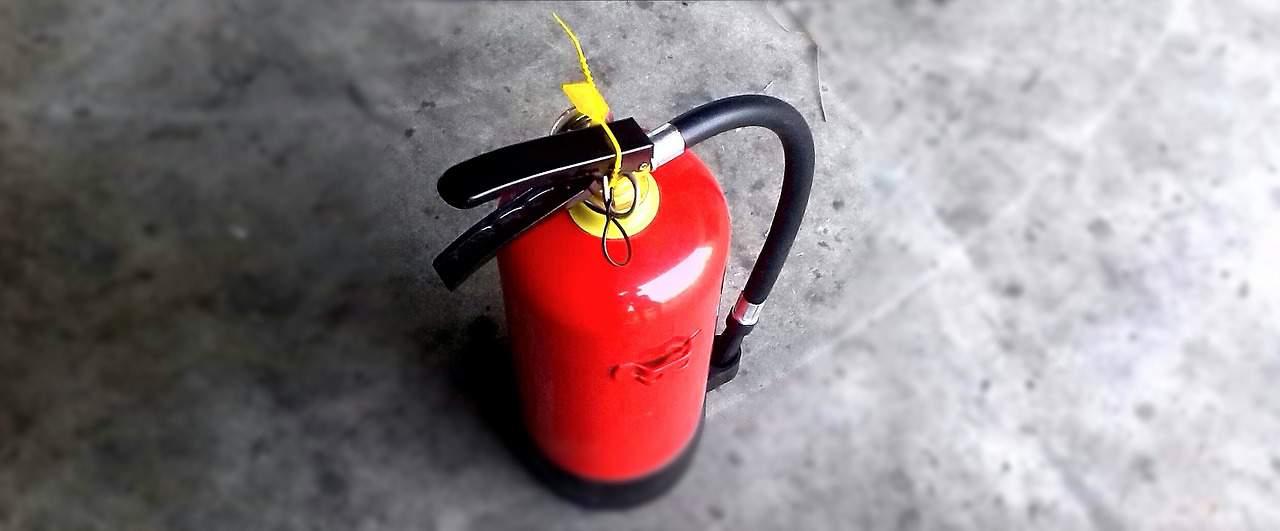 Um extintor para carro lacrado.