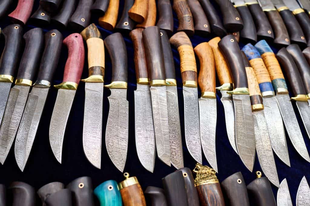 Muitas facas de caça lado a lado.
