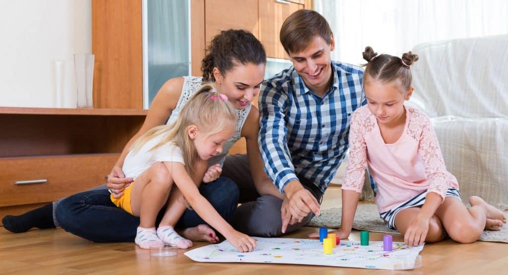 Imagem de uma família jogando.