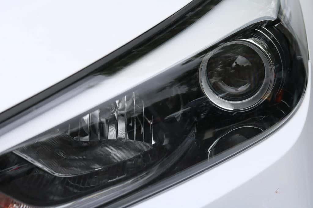 Imagem de carro SUV com faróis de lâmpada xenon.