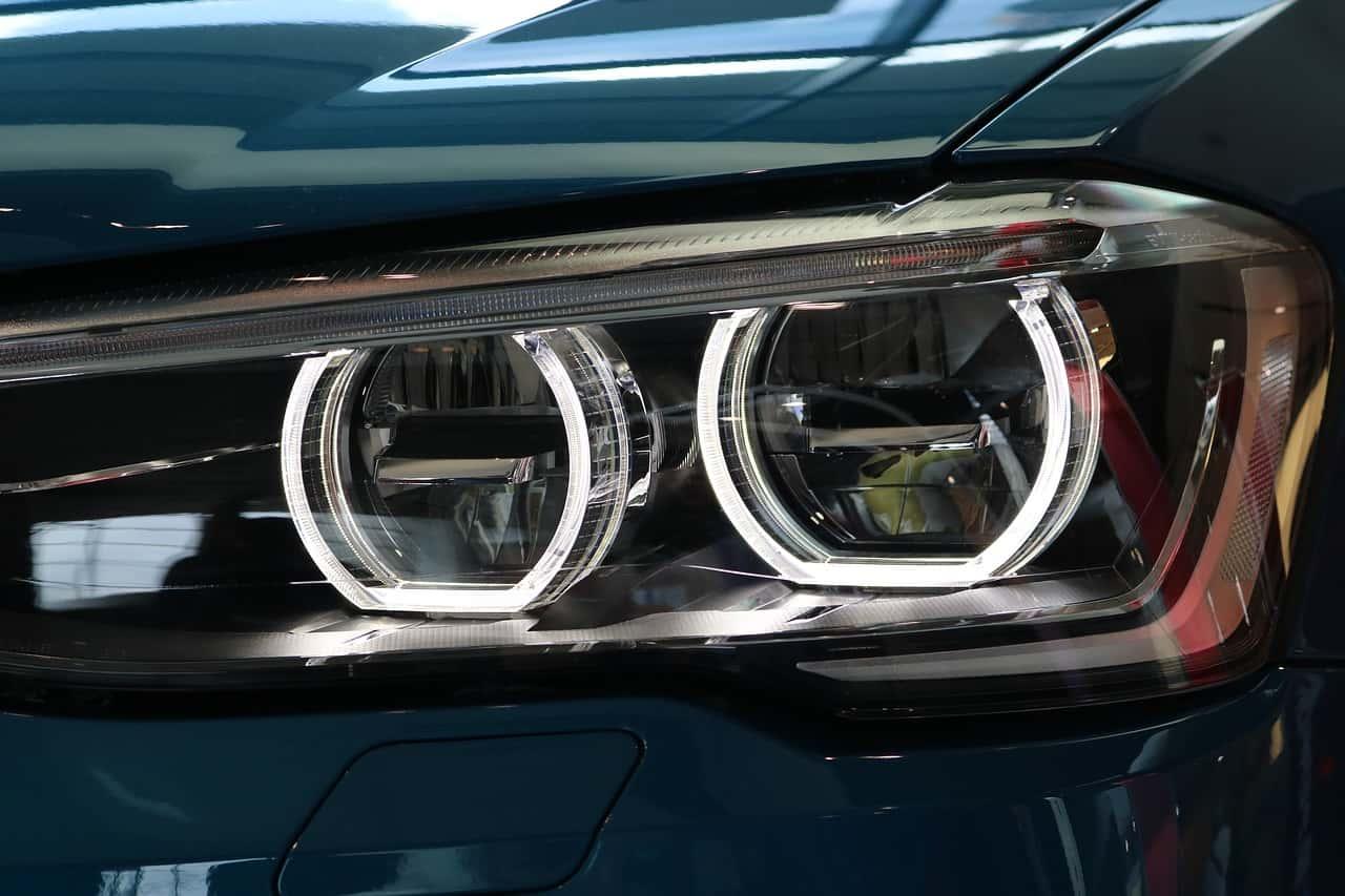 Imagem de carro com lâmpadas xenon.