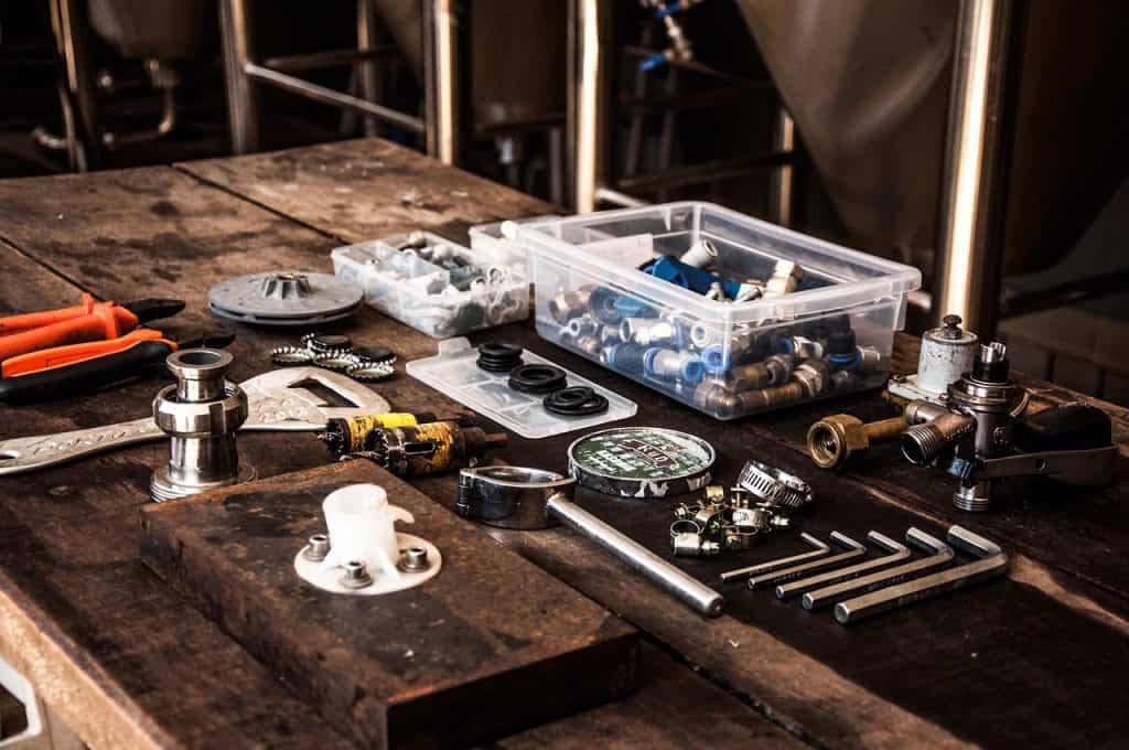Mesa com diversas ferramentas.