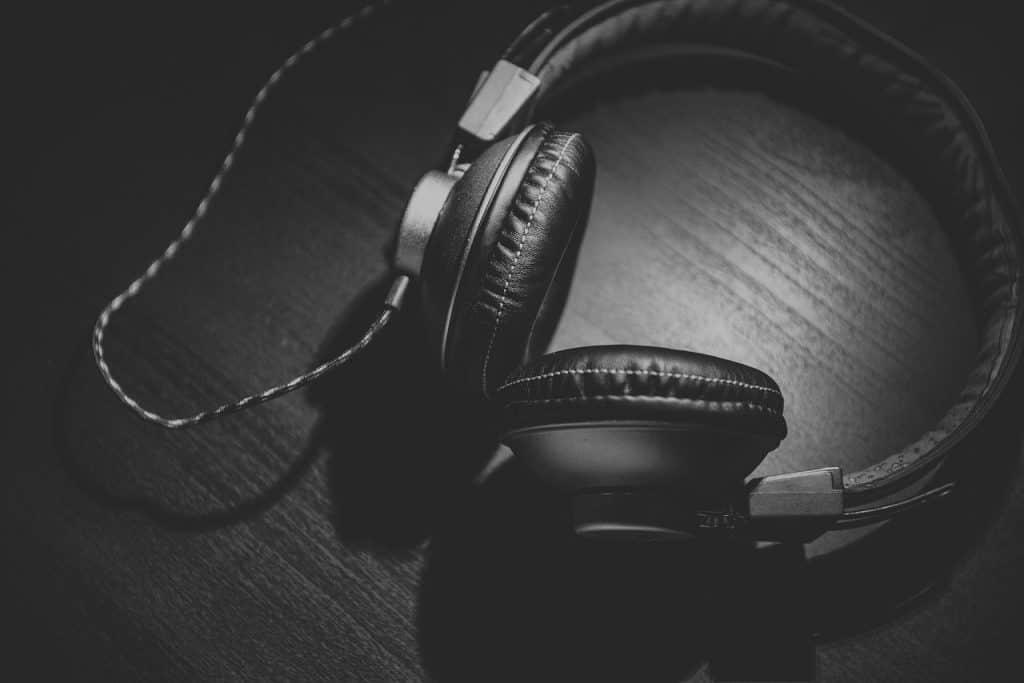 Imagem preto e branco de fone de ouvido acolchoado.