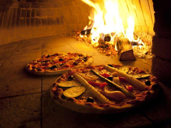 Pizzas no forno à lenha.