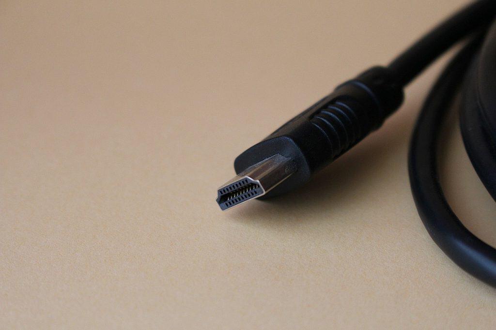 Na foto é possível uma parte de um cabo preto com entrada HDMI.