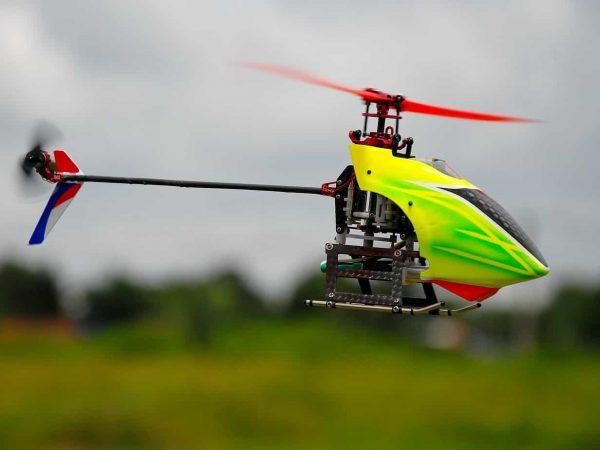 Imagem mostra um close de um helicóptero de controle remoto no ar.