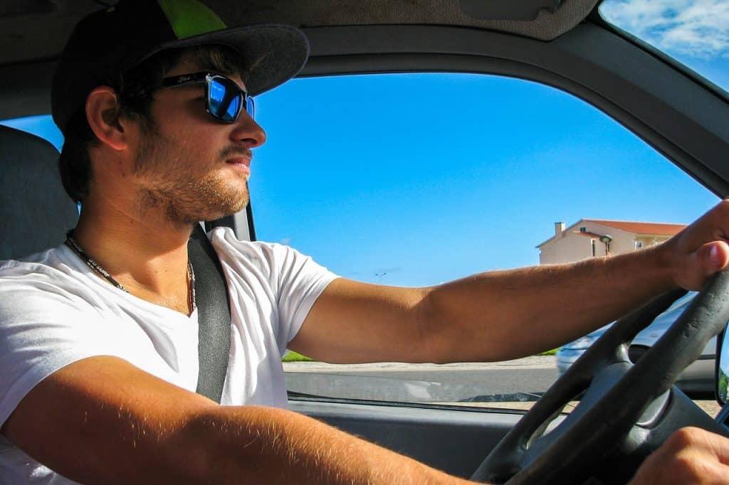 Imagem de um rapaz dirigindo.