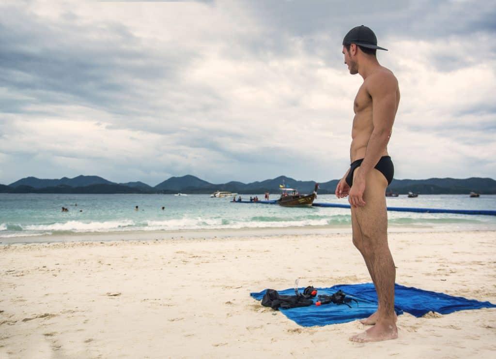Homem de sunga na praia.