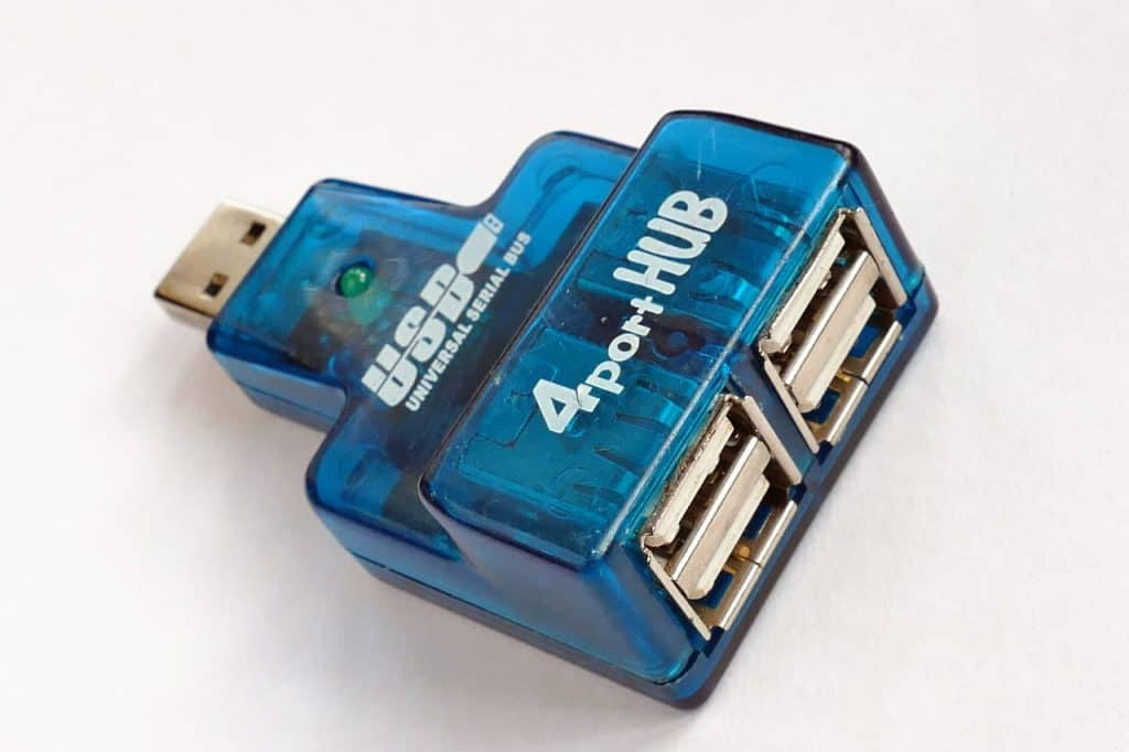 Imagem mostra um hub USB azul com quatro portas.