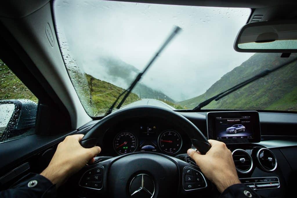 Imagem de uma pessoa dirigindo.