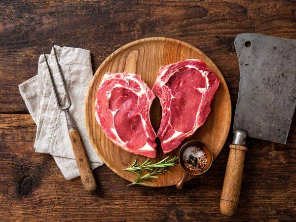 Imagem mostra pedaços de carne junto a itens como garfo trinchante e cutelo.