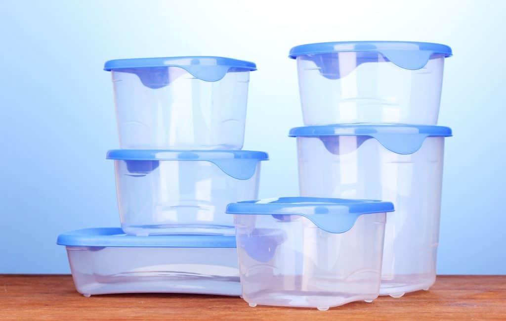 kit de potes plásticos com diferentes tamanhos.