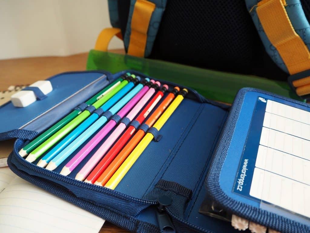 Estojo com lápis de cor.