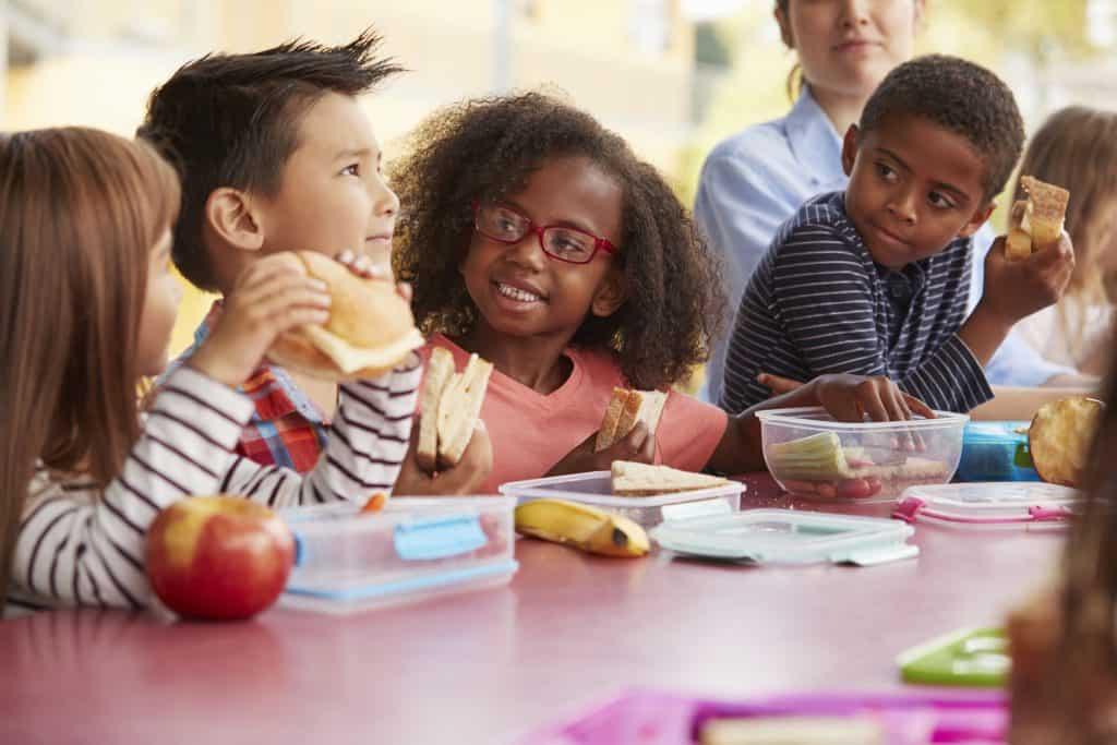 imagem de um grupo de crianças lanchando.