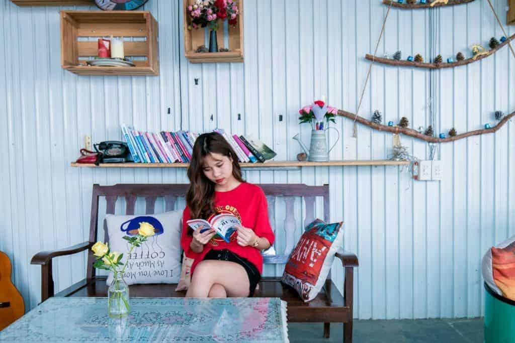 Imagem de uma menina lendo.