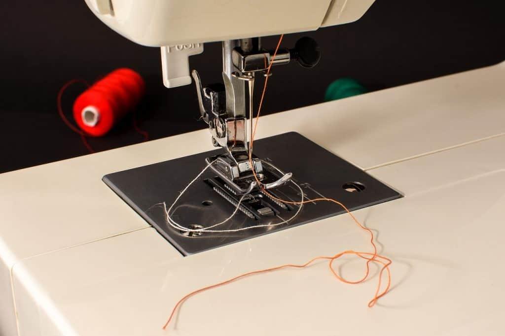 Detalhe de linhas na máquina de costura.